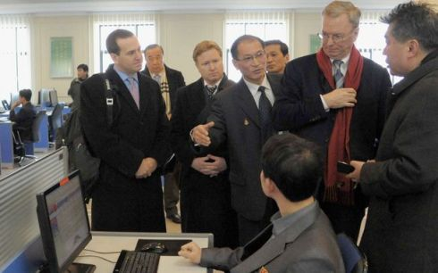 "Google Executive Eric Schmidt visits Kim Il Sung University's ""electronic library"" (Photo by Reuters)"