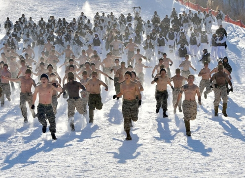 South Korean and US Marines run on a snowy hill during a joint winter drill in Pyeongchang, some 180 kilometers east of Seoul. (Photo by  AFP / Jung Yeon-Je)
