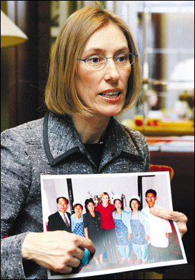 First Steps founding director Susan Ritchie explains her charity's activities in North Korea while showing a picture taken in a factory she visited there. (Photo by Chosun Ilbo)