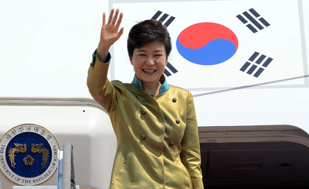 President Park Geun-hye waves before leaving for the United States from Seoul Airport in Seongnam, Gyeonggi Province, Sunday. During her first foreign trip after becoming president, Park is scheduled to have a summit with U.S. President Barack Obama in Washington, Tuesday. (Korea Times photo by Koh Young-kwon)