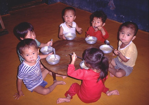 North Korean children consuming donated food (Picture by Erich Weingartner)