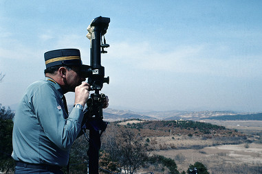 A Swiss officer monitors the border between the two Koreas in 1977 (RDB)